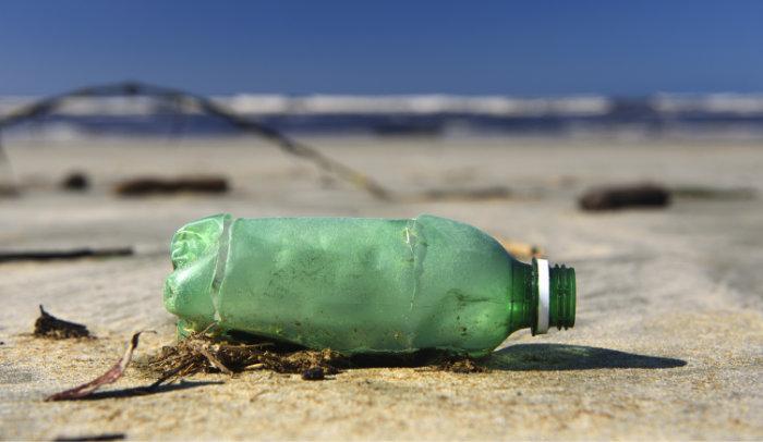 PET-Flasche am Strand: Es gibt kaum mehr einen Fleck auf der Erde, der nicht mit Plastikmüll verschmutzt ist. © Fernando Podolski/ istock
