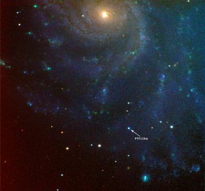 Aufnahme der Supernova PTF 11kly vom 24.  August 2011, erstellt vom Las Cumbres Observatory Global Telescope Network der University of California in Santa Barbara