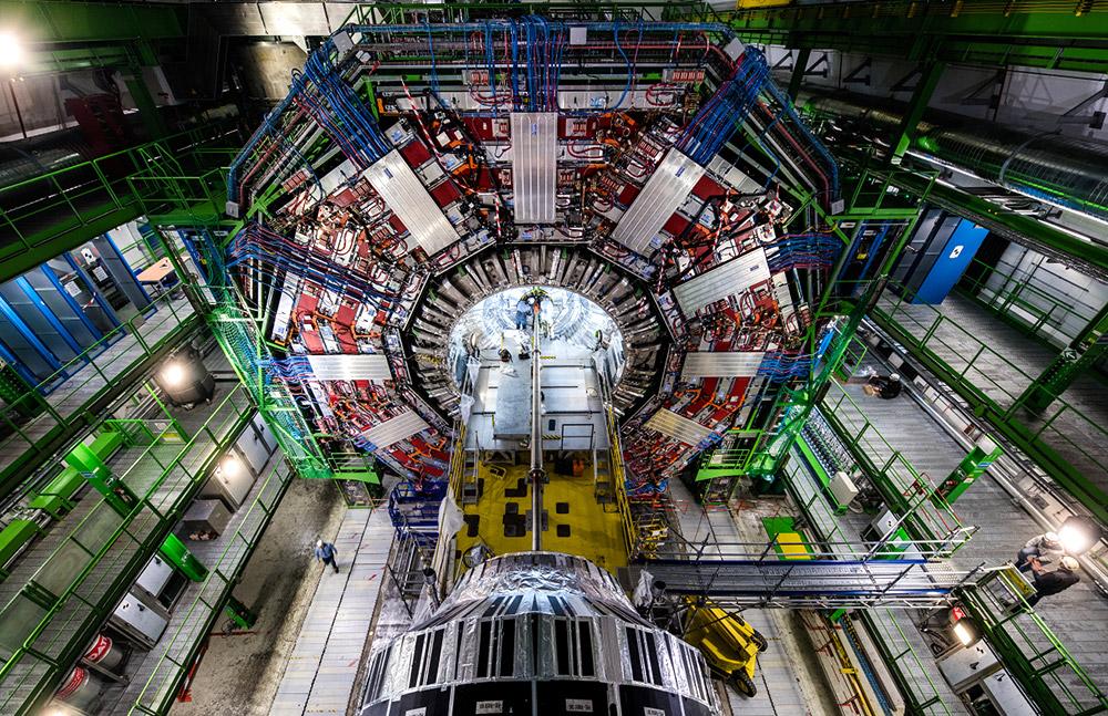 """Physiker der CMS-Kollaboration hoffen, in den Daten ihres Detektors vielleicht doch noch Hinweise auf die Supersymmetrie finden. <span class=""""img-copyright"""">© Maximilien Brice/ CERN</span>"""