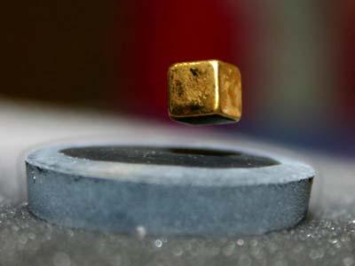 Magnet schwebt über einem Hochtemperatur-Supraleiter