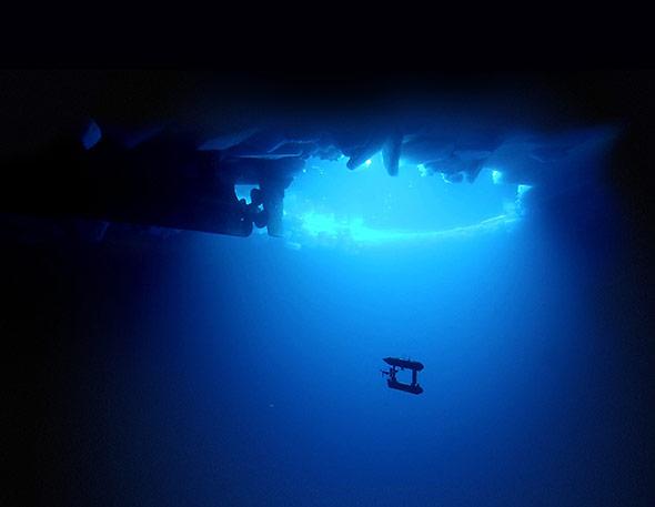 Tauchroboter SeaBED unter dem antarktischen Meereis