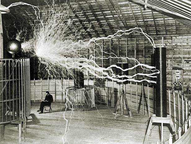 Nikola Tesla in seinem Labor in Colorado Springs.