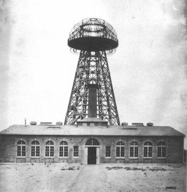 Der Wardenclyffe Tower im Jahr 1904. Weil Tesla das Geld ausging, wurde die Anlage nie vollendet.