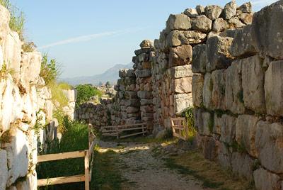 Überreste der mächtigen Mauern von Tiryns, einem der Zentren des mykenischen Reichs