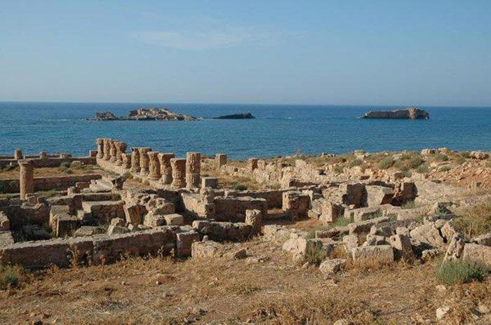 """Ruinen des antiken Apollonia – Teile dieser Hafenstadt im heutigen Libyen wurden im Jahr 365 durch einen Tsunami zerstört. <span class=""""img-copyright"""">© Jona Lendering/<a href=""""http://creativecommons.org/licenses/by/3.0"""" target=""""_blank"""" rel=""""noopener noreferrer"""">CC-by-sa 3.0</a></span>"""