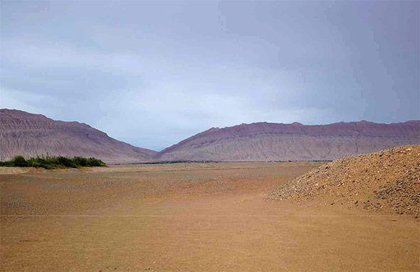 Durch endlose Schotterwüsten im Westen Chinas führte der Weg zu den reichen Handelsstationen an der Seidenstraße.