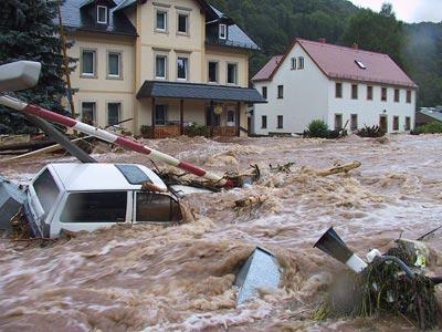 """""""Jahrhundertflut"""" 2002 - hier an einem Elbezufluss im Ort Schlottwitz."""