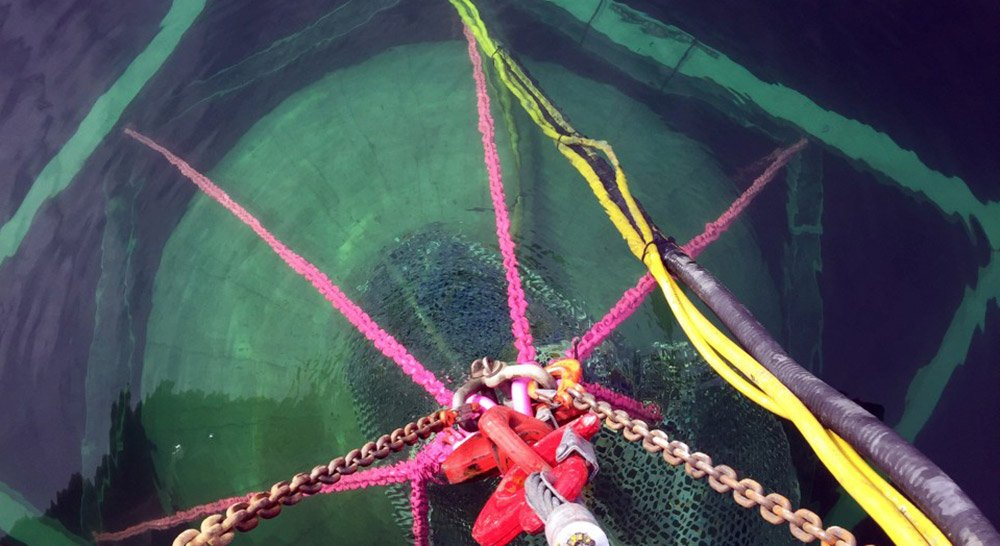 Diese gerade im See versenkte Hohlkugel ist ein Unterwasser-Pumpspeicher. © Fraunhofer IEE