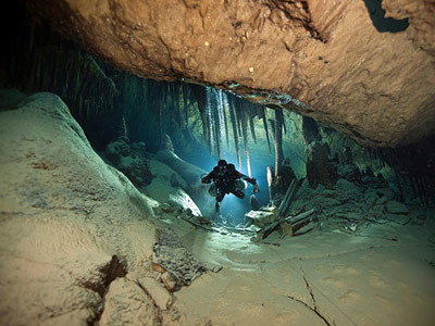 Höhlentaucher und Biologe Tom Iliffe in der Deep Blue Cave