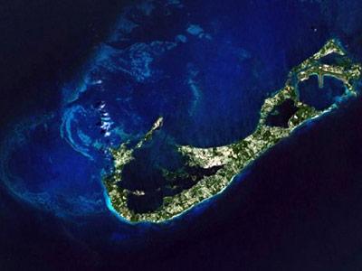 Diese Satellitenaufnahme zeigt den Sockel der Inseln als hellere Meeresbereiche