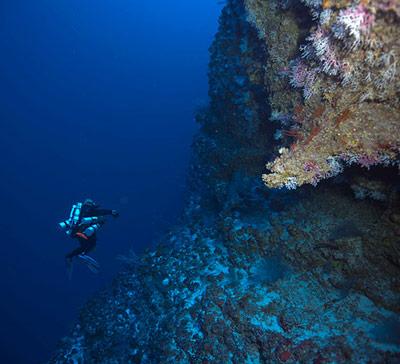 Brian Kakuk taucht in die Tiefe des Challenger-Hangs ab.