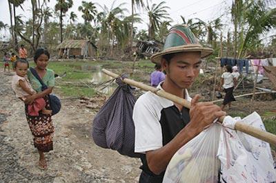 Menschen in Myanmar auf der Flucht vor einem Zyklon