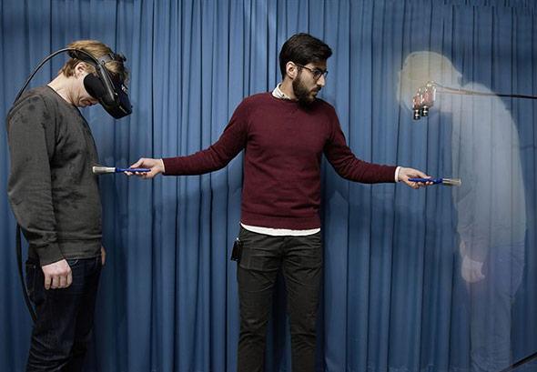 Die Kombination aus VR-Brille, Kameras und bstimmten Berührungen erzeugt die Illusion, unscihtbar zu sein.