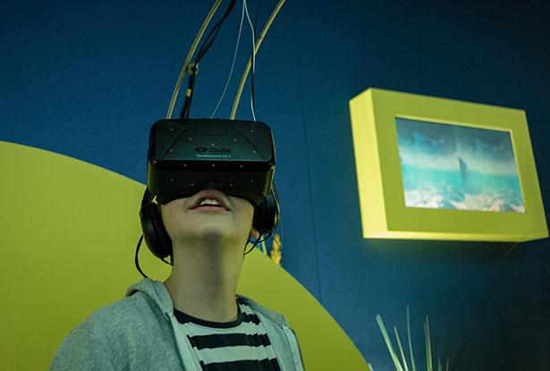 Mit einer Virtual Reality-Brille ins tropische Korallenriff abtauchen - das geht auf der MS Wissenschaft