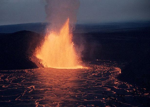 Feuerspeiende Schlote: So ähnlich wie hier könnte es vor rund 15 Millionen Jahren auch im Vogelsberg-Gebiet ausgesehen haben.