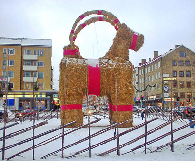 """""""Julbock"""" auf einem Marktplatz in Schweden"""