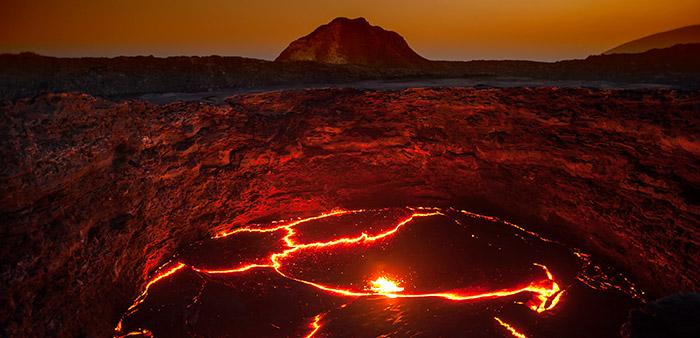 Was sich tief unter Vulkanen tut, können winzige Kristalle im Vulkangestein verraten © guenterguni/ iStock