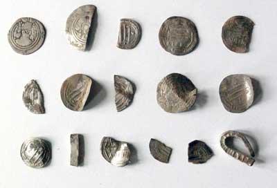 Silberarmring Und 82 Münzen Bei Anklam Geborgen Silberschatz In