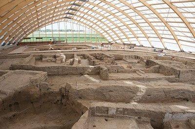 Überdachtes Ausgrabungsgelände in Çatalhöyük