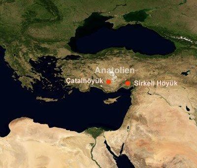 Satellitenbild miteingezeichneter Lage von Çatalhöyük und Sirkeli Höyük