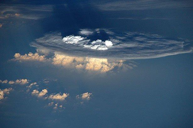 Astronautenblick auf eine Cumulonimbus-Wolke Eine ...