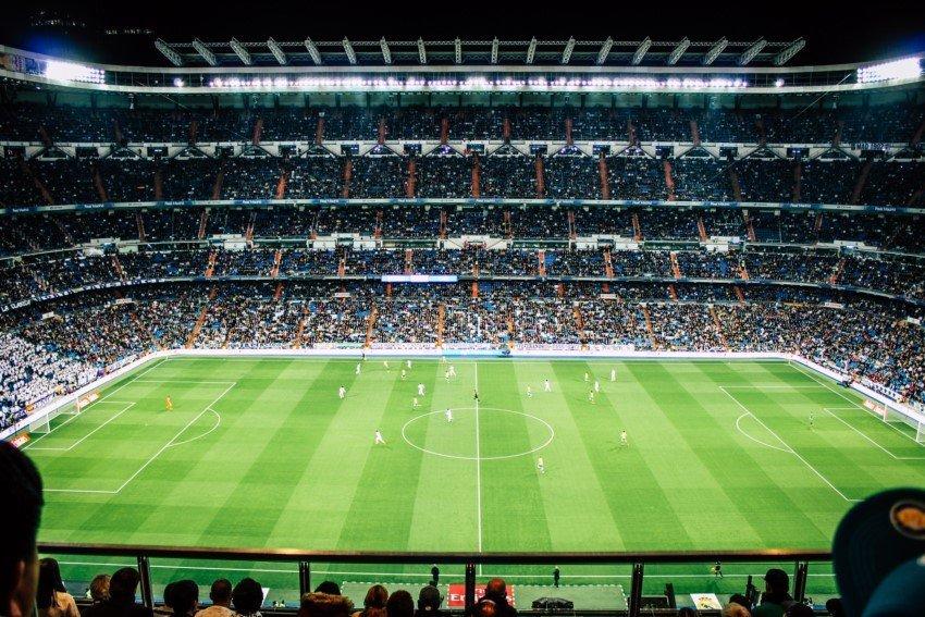Blick auf das Spielfeld eines Fußballstadions