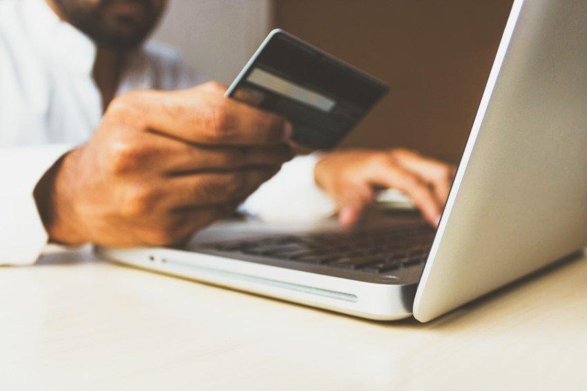 Ablesen einer Kreditkarte an einem Laptop