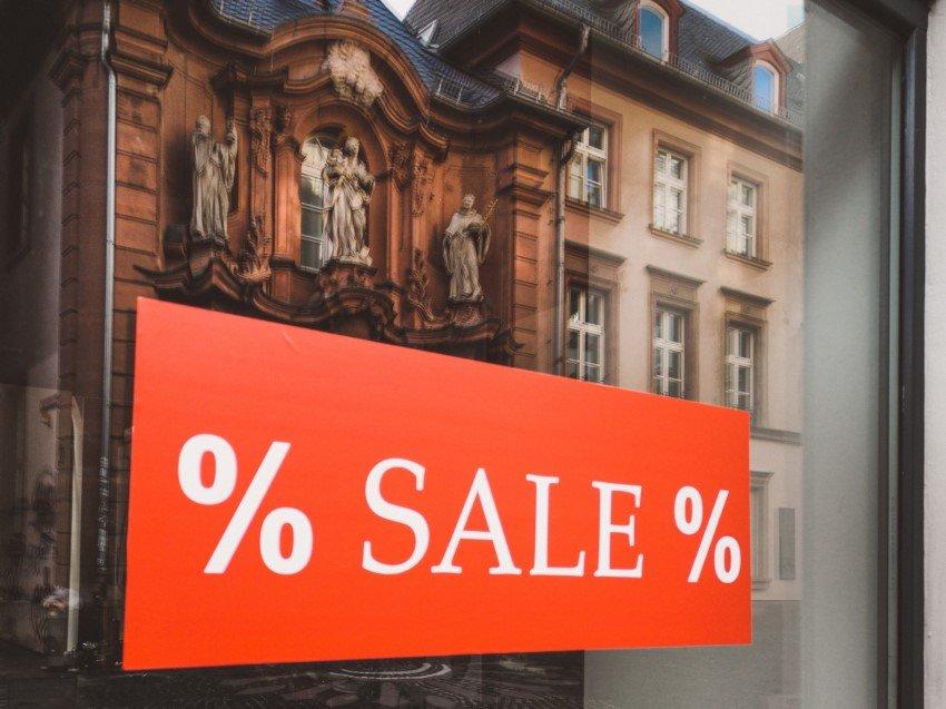 Schaufenster mit Sale-Plakat