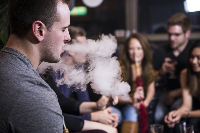 Raucher in einer Shisha-Bar