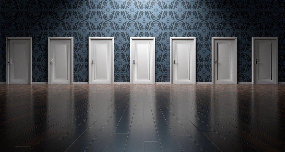 Korridor mit geschlossenen Türen