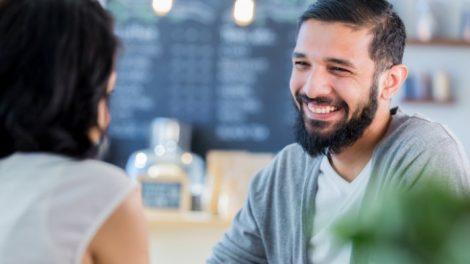 Augenblinzeln beeinflusst das Gespräch
