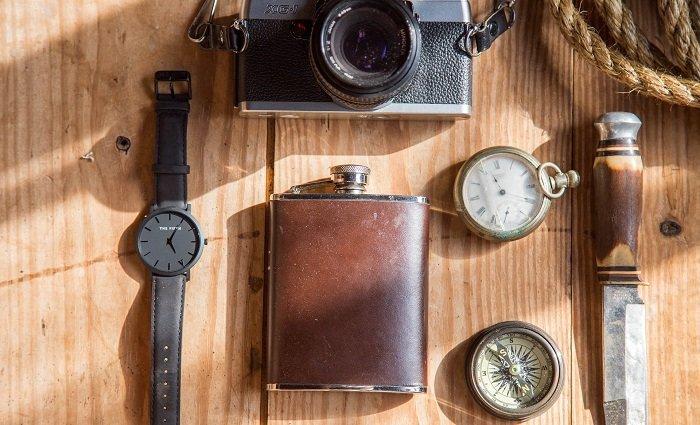 Verschiedene Geräte (Uhr, Kompaß, Messer etc.)