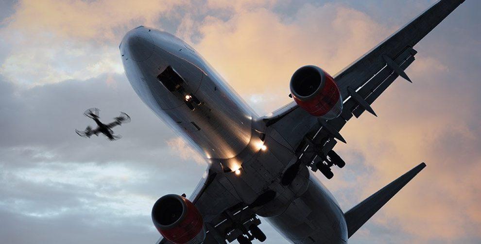 FLugzeug im Landeanflug und Drohne
