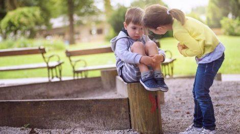 Mädchen kümmert sich um einen Jungen