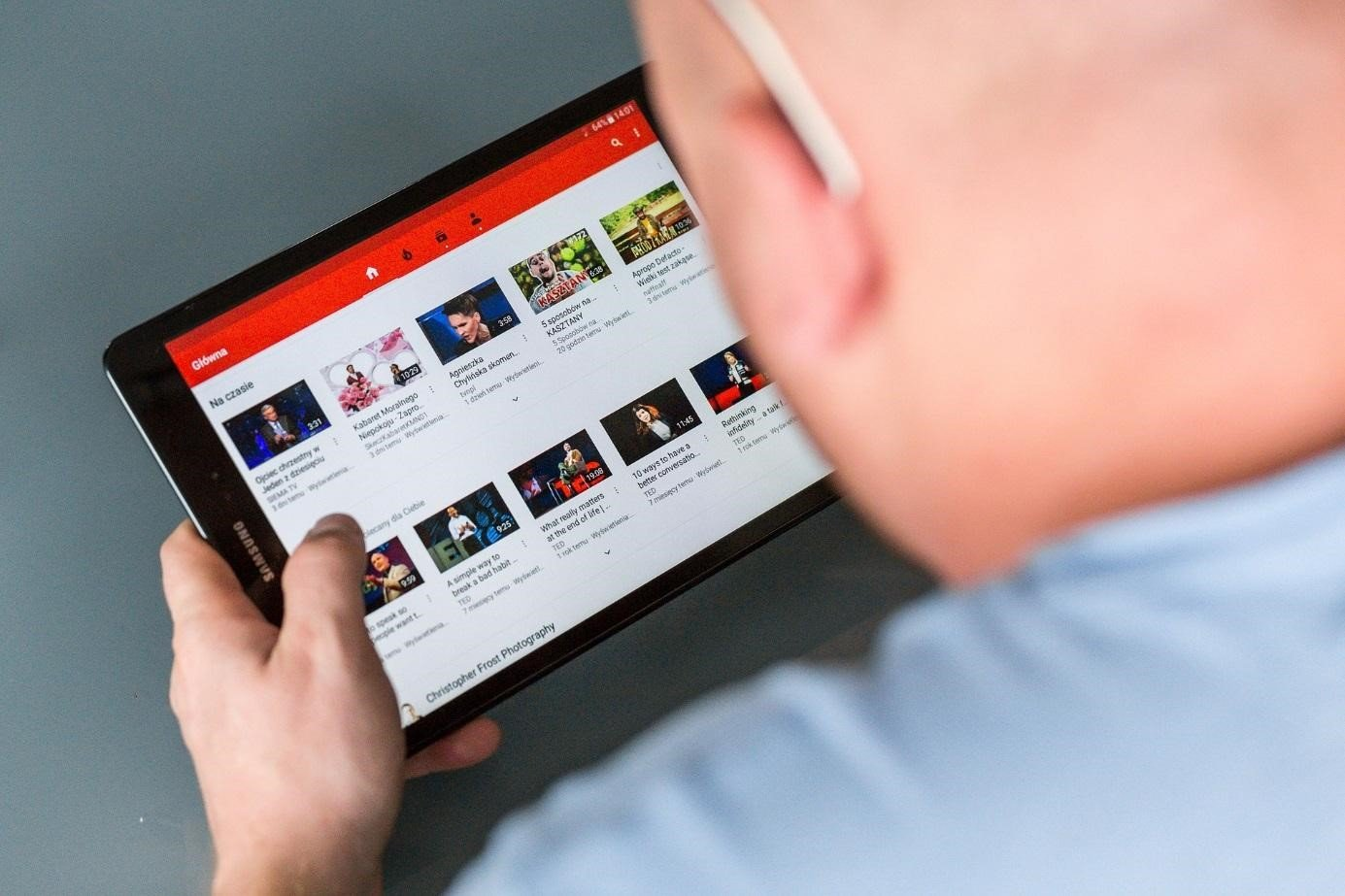 Blick auf Tablet mit YouTube-Screen
