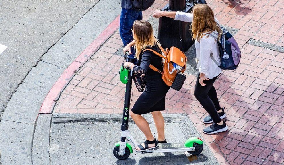 Schülerin mit E-Scooter