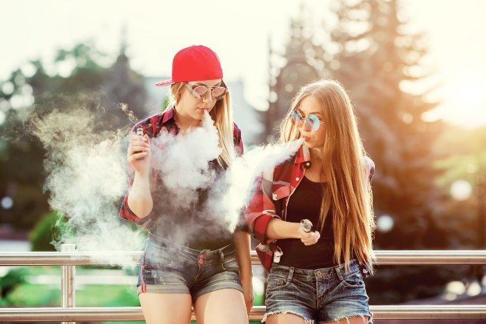 Dampfende Jugendliche