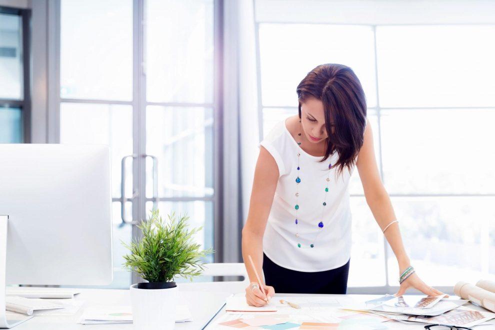 Frau in modernem, hellem Büro