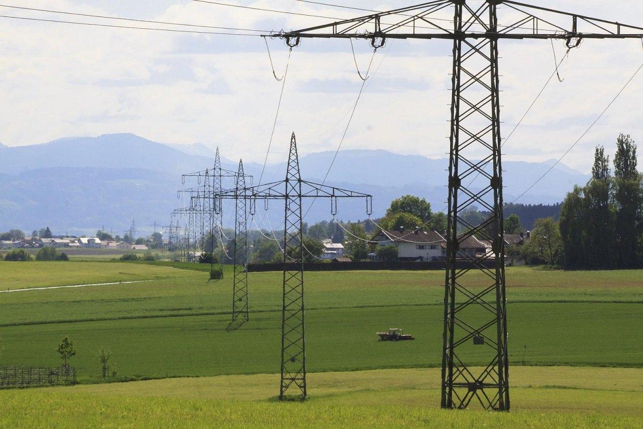 Strommasten mit Überlandleitungen