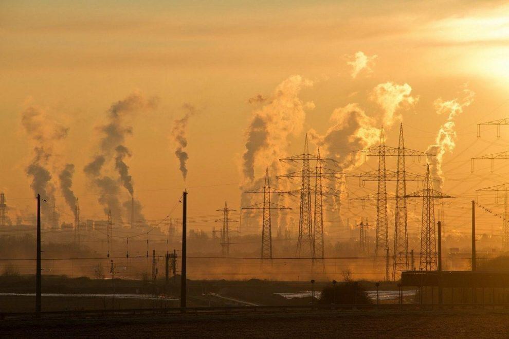 Strommasten in Industrielandschaft