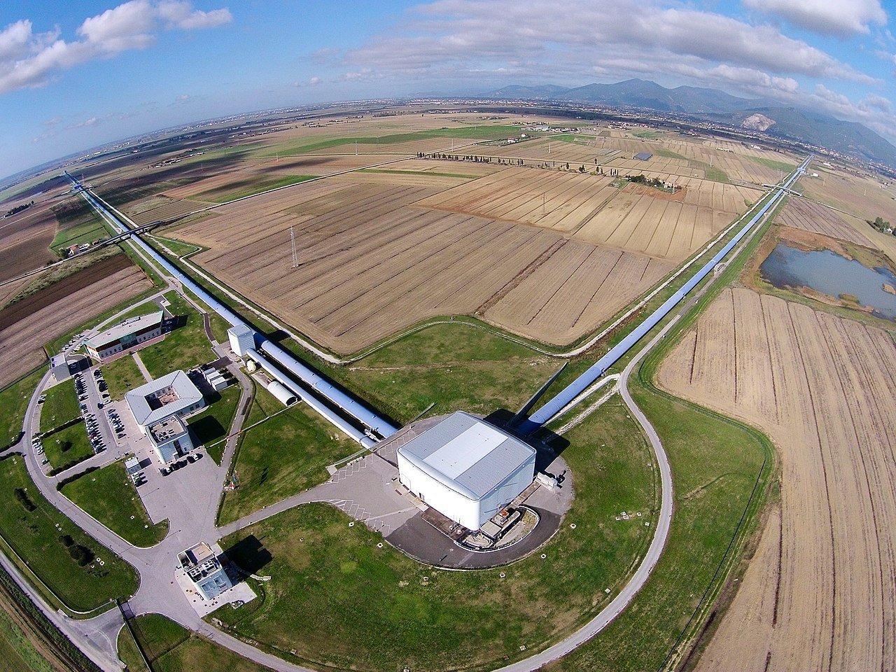 Luftbild des Virgo-Gravitationswellendetektors