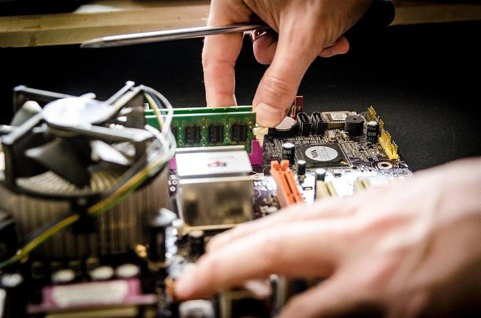 Servicearbeiten an einer Computerplatine