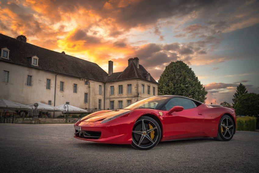 Sportwagen vor einem Chateau