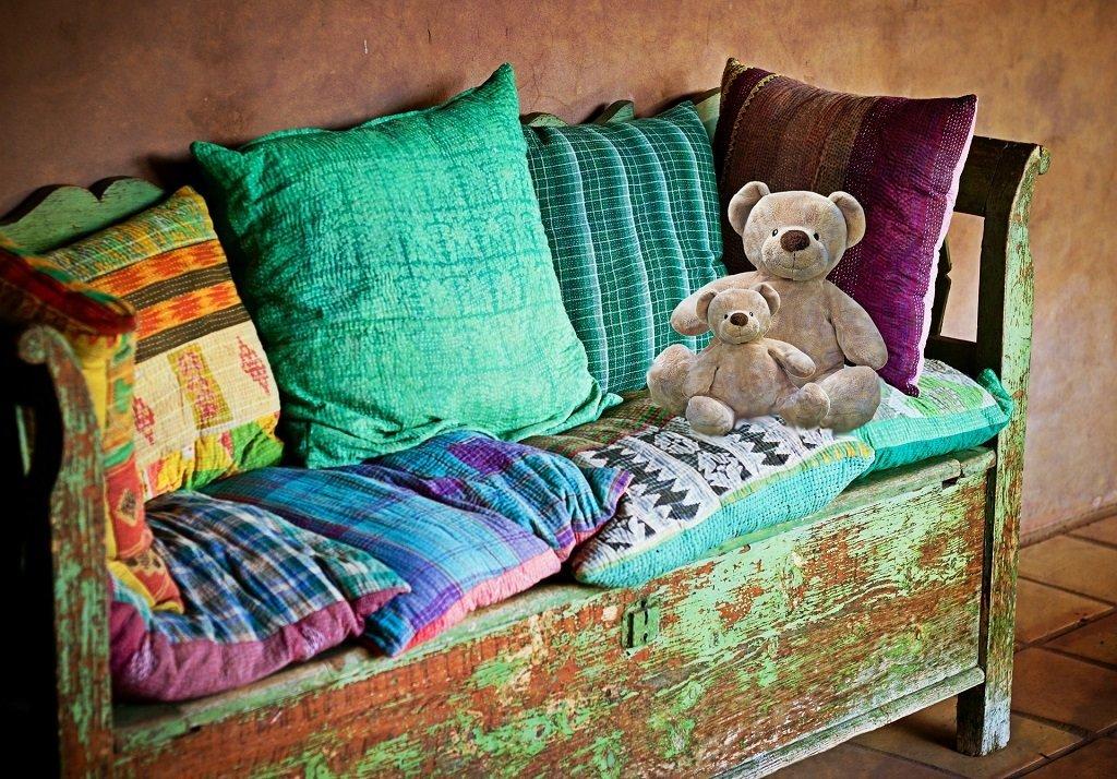 Sofa mit Kissen und Teddybären