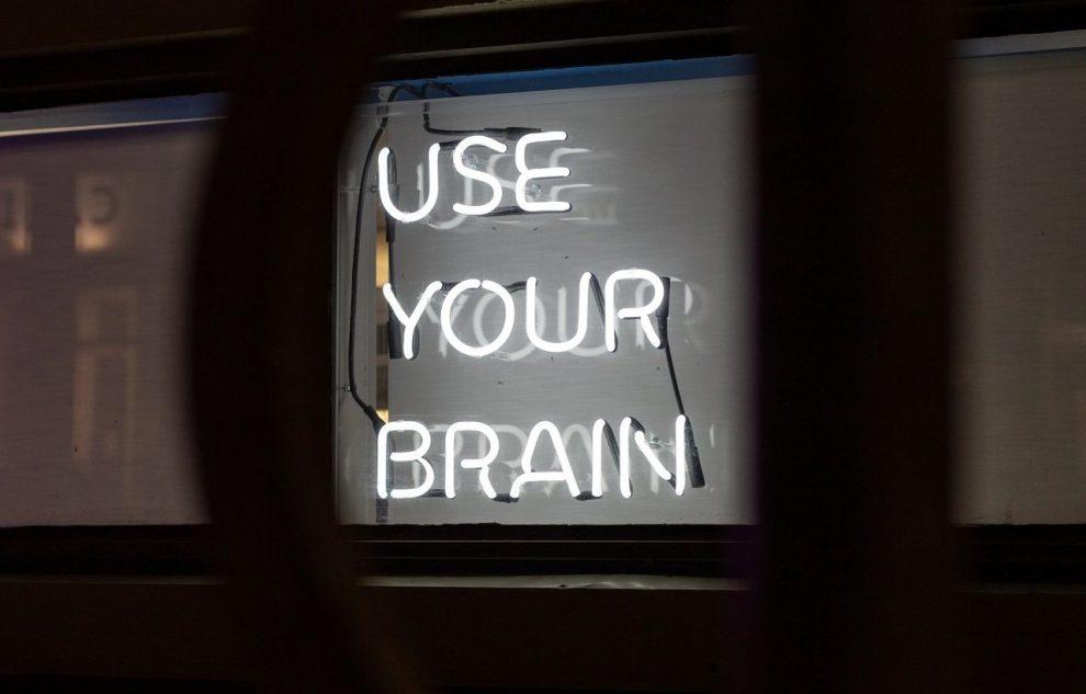 """Bildschirm mit dem Schriftzug """"Use your brain"""""""