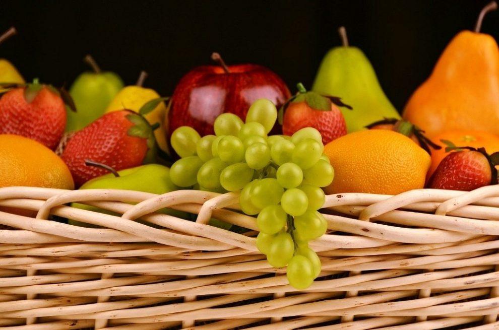 Reich gefüllter Obstkorb