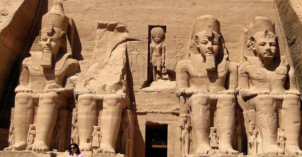 Kolossalstatuen vor dem großen Tempel Ramses' II.