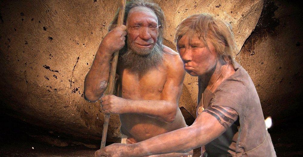 Zwei männliche Neandertaler vor Höhlenwand