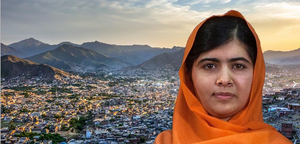 Malala Yousafzai vor dem Hintegrund der Stadt Mingora im Swat-Tal