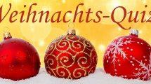 Drei rote Weihnachtsbaumkugeln im Schnee
